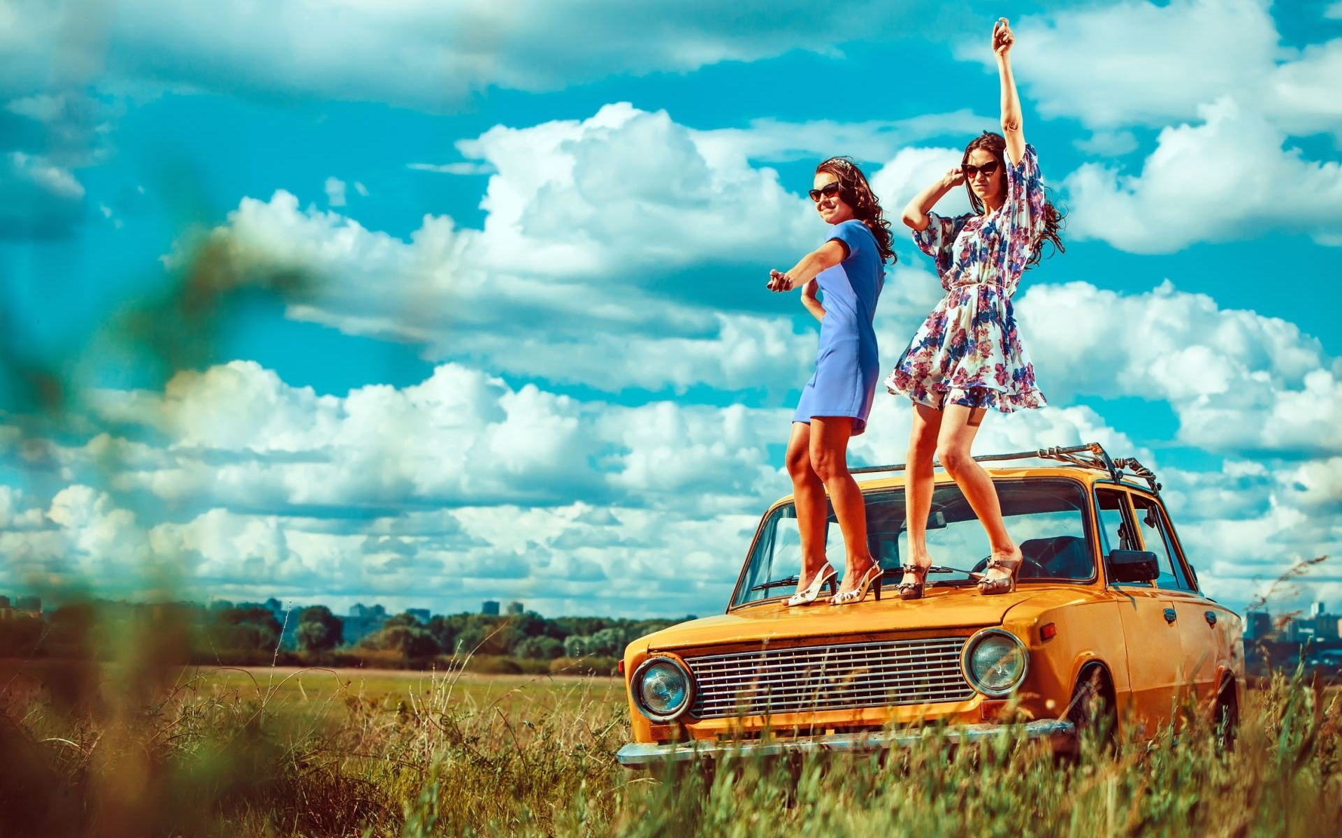 Women - Mood  Girl Model Old Car Wallpaper