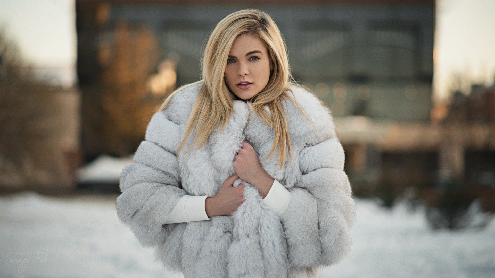 女性 - 模特  Depth Of Field 女孩 Woman Blue Eyes Blonde Coat Fur Snow 壁纸