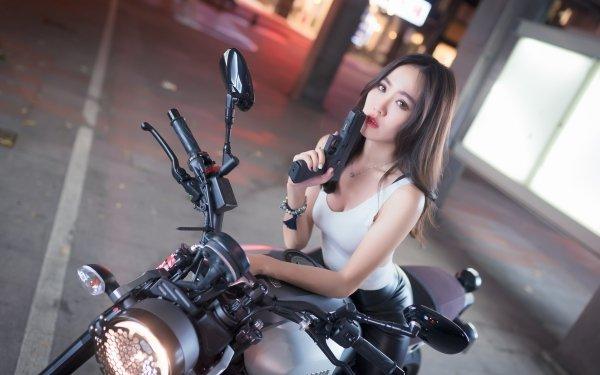 Femmes Femmes & Armes Woman Top Model Fille Asiatique Brune Brown Eyes Motocycle Handgun Fond d'écran HD | Arrière-Plan